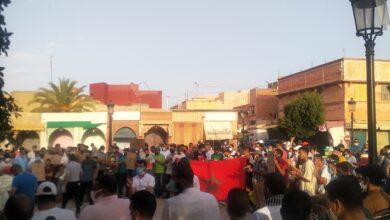 صورة التجار والحرفيون يواصلون إحتجاجاتهم في مسيرات حاشدة ضد عامل قلعة السراغنة